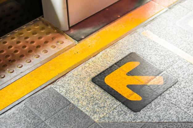 Flèche indiquant la direction au sol