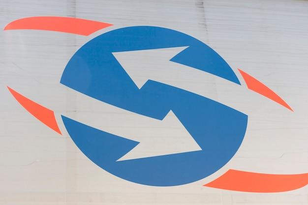 Flèche inversée sur fond circulaire bleu