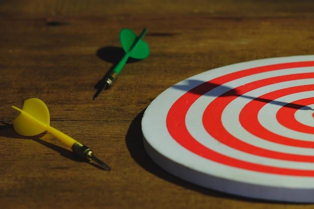 La flèche sur le jeu de fléchettes peint la lumière de la nature morte.