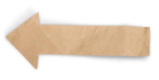 Flèche de papier froissé isolé sur fond blanc