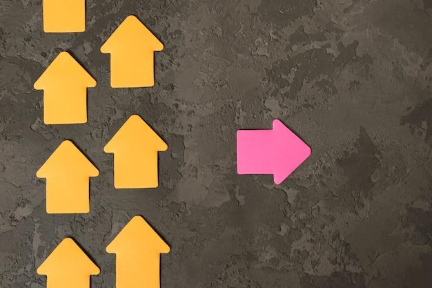 Une flèche pointant dans la direction opposée. soyez concept différent.