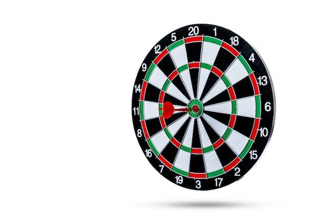 Flèche rouge fléchette frappant dans le centre cible est un jeu de fléchettes isolé sur une surface blanche