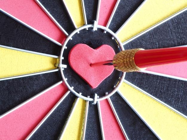 Une flèche rouge fléchette frapper au centre de la cible