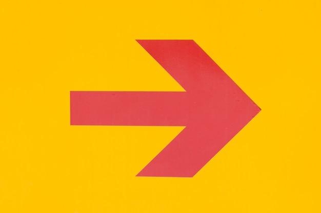 Flèche rouge sur fond orange