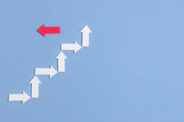 Flèche rouge rebelle et foule de concept de flèches blanches