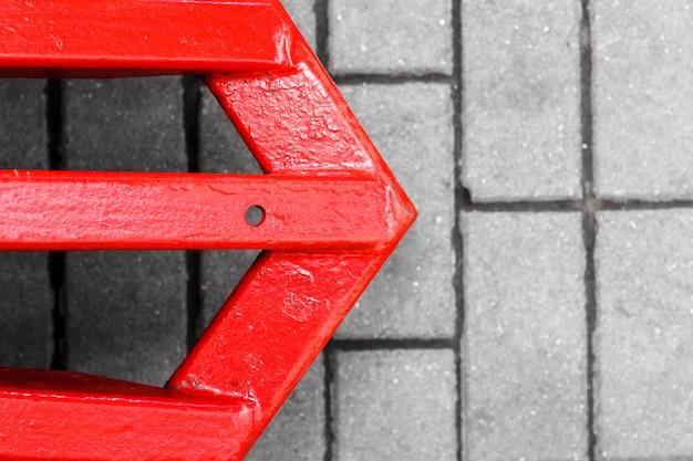 Flèche rouge sur la route