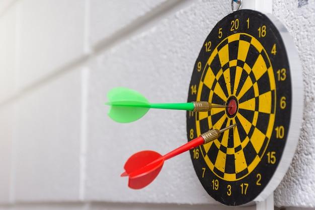 Flèche rouge et verte sur fond de mur de bureau blanc
