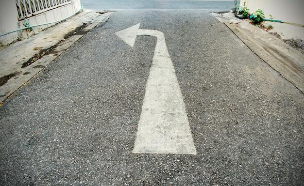 Flèche sur la route et couleur blanche