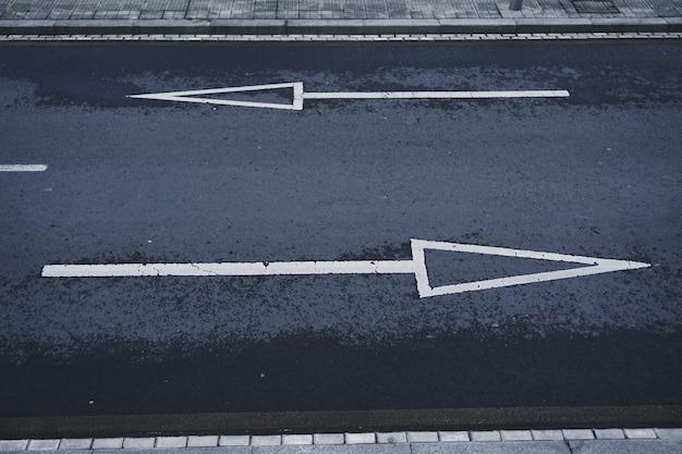 Flèche de signalisation sur la route