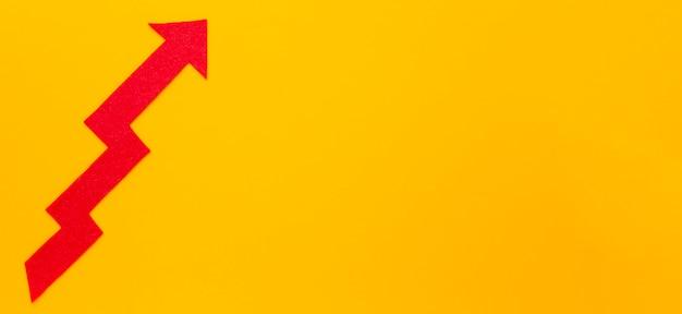 Flèche tordue pointant vers le haut avec copie espace
