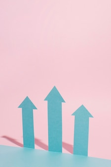 Flèches bleues avec fond rose