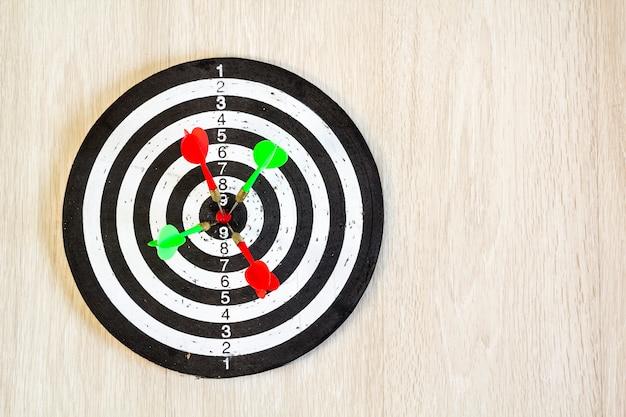 Flèches sur cible dart sur fond en bois. vue de dessus.