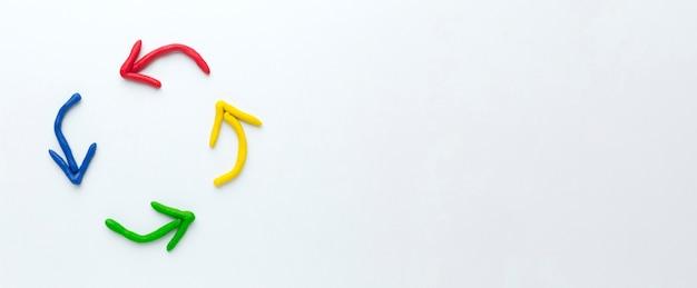 Flèches colorées pointant en cercle