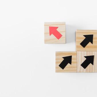 Flèches sur des cubes en bois et espace copie