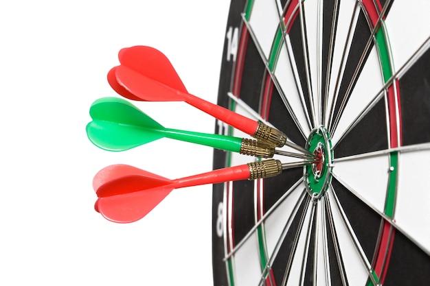 Flèches de fléchettes au centre de la cible