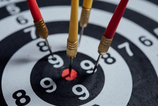 Flèches de fléchettes dans le concept d'entreprise centre cible