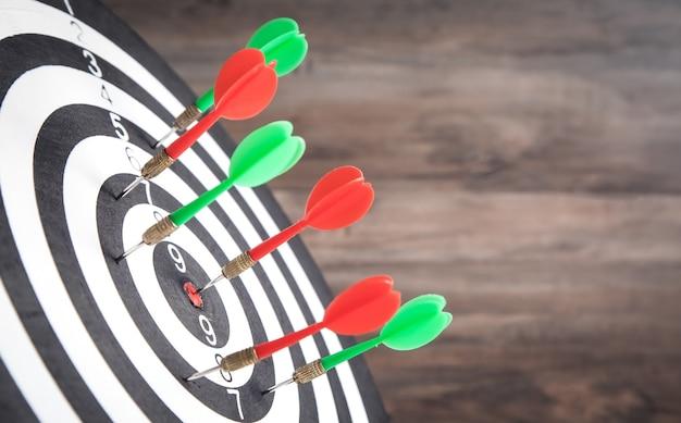 Flèches de fléchettes dans le jeu de fléchettes. succès