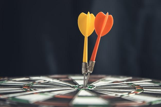 Flèches frappant la cible sur le jeu de fléchettes