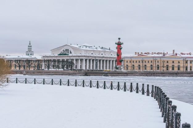 Flèches de l'île vassilievski un jour glacial d'hiver. saint-pétersbourg, russie.