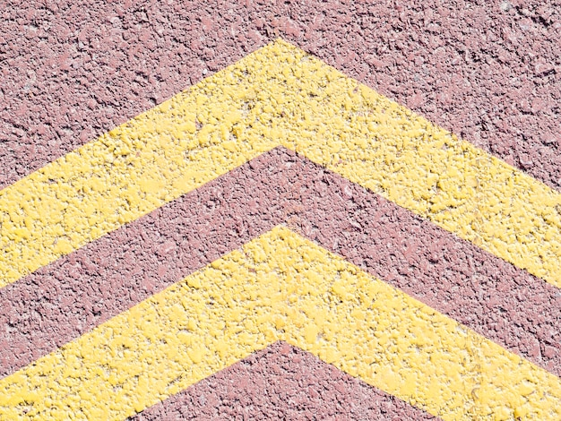 Flèches jaunes sur l'asphalte
