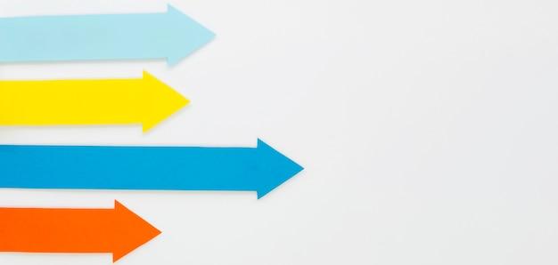 Flèches multicolores pointant vers la droite avec copie espace