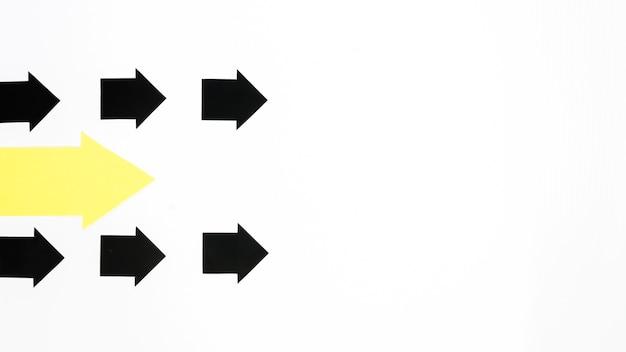 Flèches multiples pointant vers la droite avec espace de copie