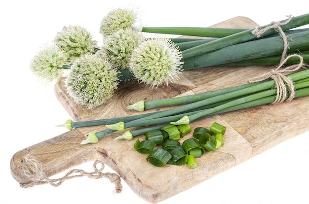 Flèches d'oignon vert fraîchement coupées isolées sur blanc.