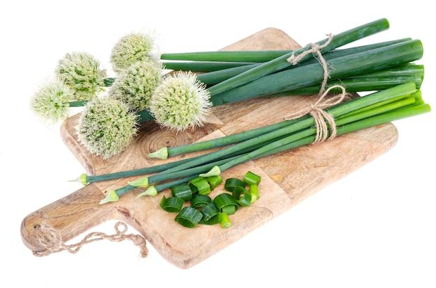 Flèches d'oignon vert fraîchement coupées isolées