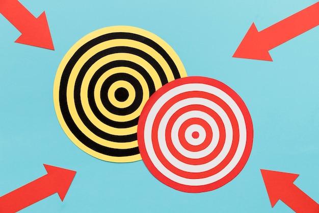 Flèches pointant sur le jeu de fléchettes