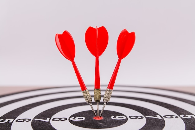 Une fléchette rouge fléchettes au centre de la cible a frappé la cible gagnée