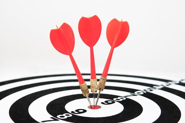 La fléchette a touché le gros plan de la cible. coup bien ciblé. gagner le concours. succès en affaires. réalisation dans la vie. aller à son but. atteindre les objectifs. le jeu de fléchettes. cible sportive. publicité ciblée