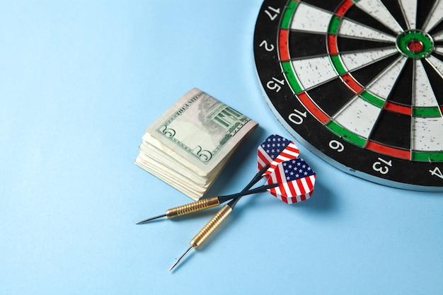Fléchettes et argent sur la table
