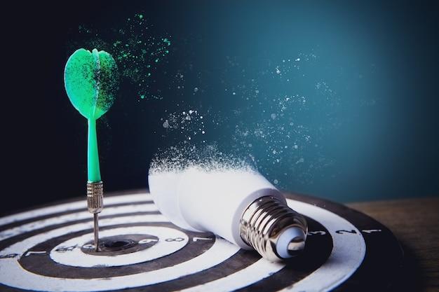 Les fléchettes au centre de la cible et l'ampoule se transforment en poussière