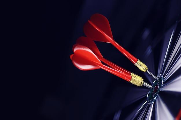 Fléchettes. la fléchette pour jouer dans le plateau de jeu est coincée. frappez le secteur aux fléchettes. le concept d'une stratégie réussie.