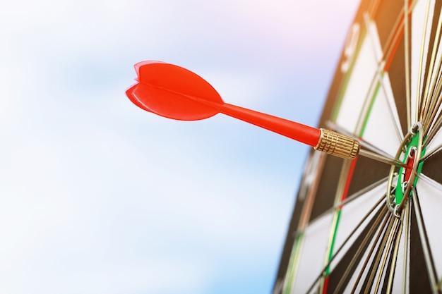Fléchettes rouges pour fixer des objectifs de réussite commerciale.