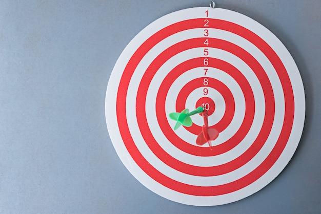 Fléchettes rouges et vertes sur la cible