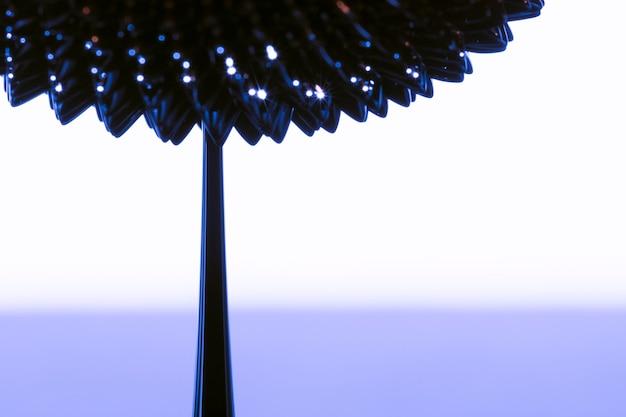 Fleur abstraite en métal liquide ferromagnétique avec espace de copie