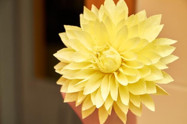 Fleur artificielle fabriquée à l'aide d'un pistolet à colle