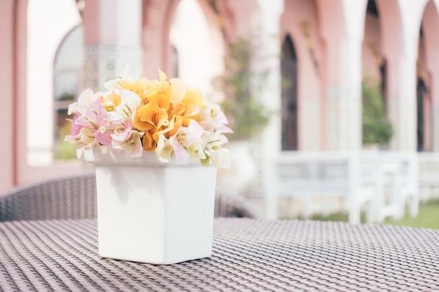 Fleur de bougainvillier dans un vase