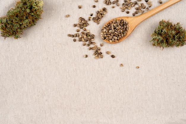 Fleur de cannabis sur fond de lin avec espace de copie avec graines de chanvre close up marijuana médicale sativa