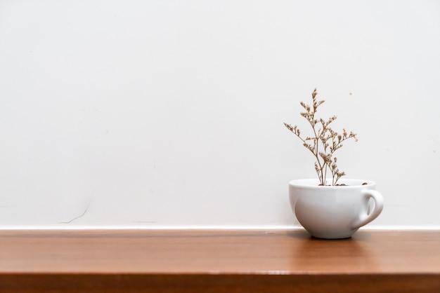Fleur de caspia séchée dans un vase