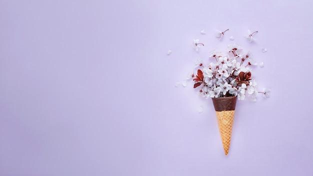 Fleur de cerisier dans la bannière web de cornet de crème glacée