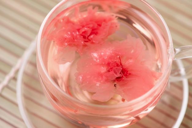 Fleur de cerisier (sakura) tisane japonaise sur table.