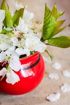 Fleur de cerisier sur une table