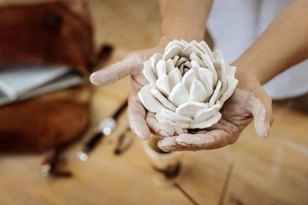Fleur décorative. handy man making belle fleur décorative en céramique tout en travaillant dans son atelier