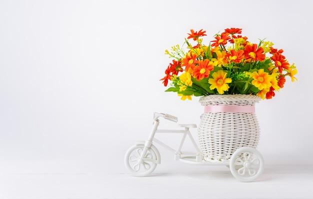 Fleur décorative sur table et fond blanc avec espace copie