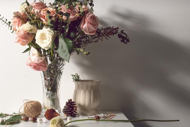 Fleur flore rose feuille avec lumière vintage nature morte avec vase et accessoire de décoration