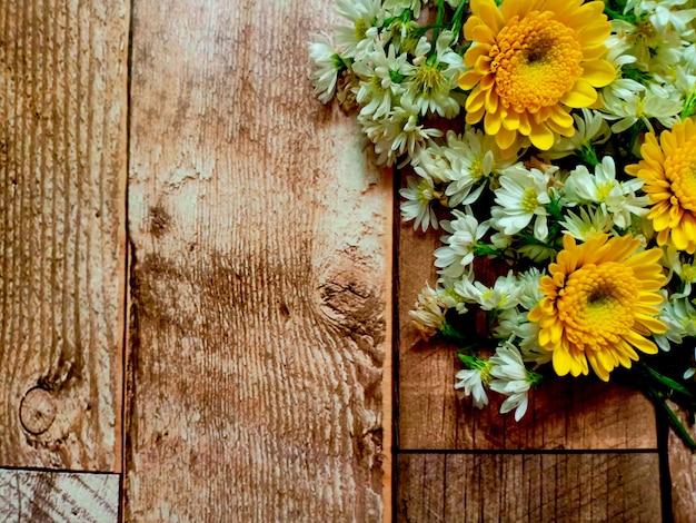 Fleur sur le fond en bois