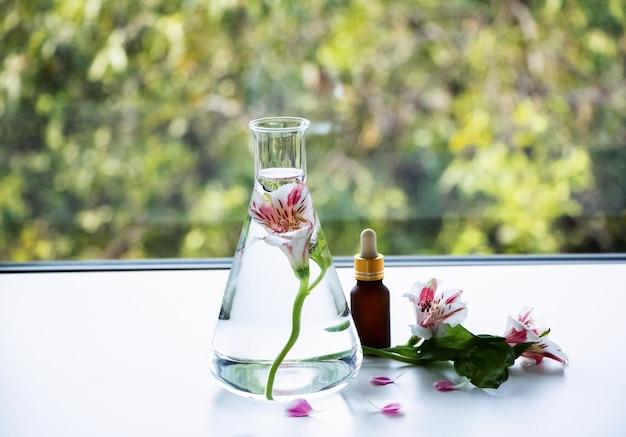 La fleur fraîche mise en bouteille de verre