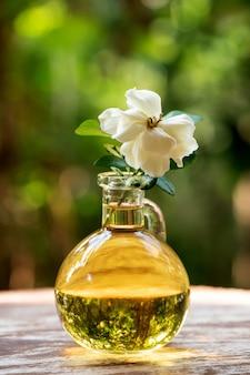 Fleur de jasmin du cap et huile sur nature.